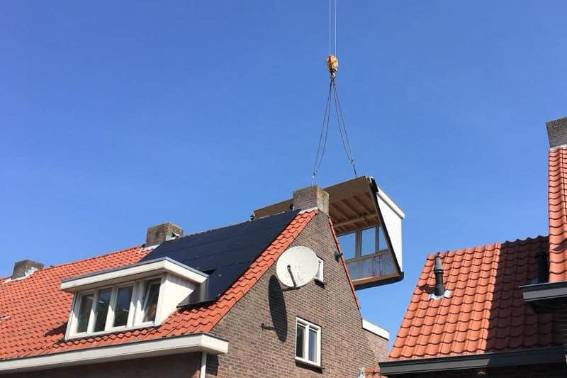 Dakkapel over een huis hijsen in Breda
