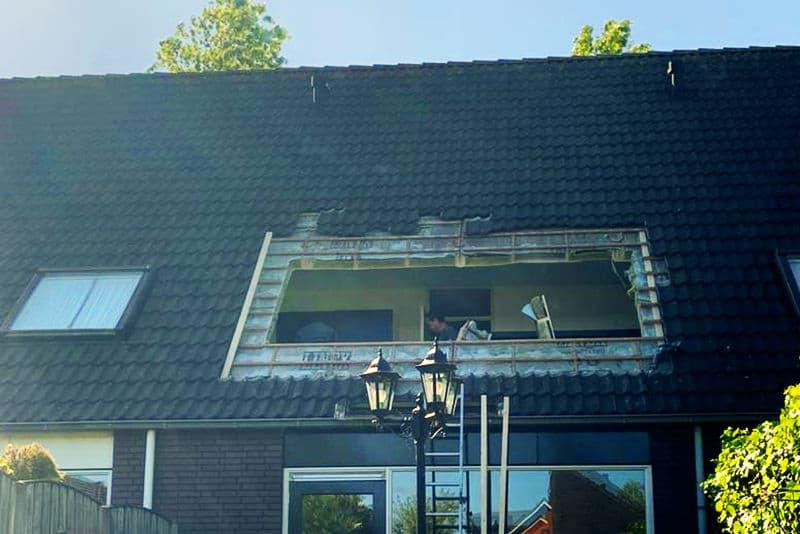 Gat in dak voor nieuw dakkapel woning Tilburg