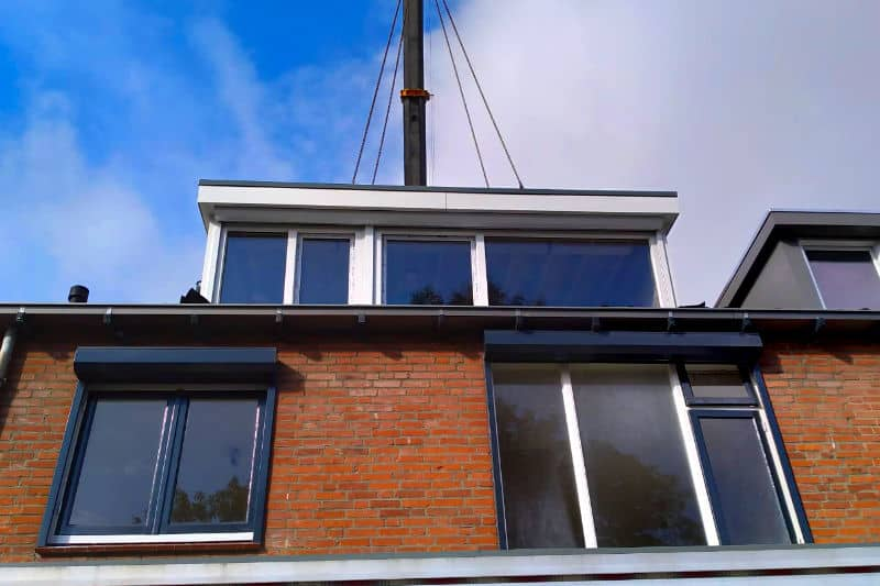 Dakkapel staat op het dak